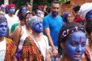 Bloco Pena de Pavão de Krishna faz desfile espiritual em comunidade mineira