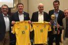 Seleção de Beach Soccer exibe taça na Conmebol