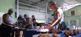 Mulheres aprendem técnicas de salgadeiras e podem conseguir renda extra para as famílias