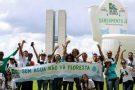 Manifestantes cobram saneamento no país e inflam vaso sanitário gigante