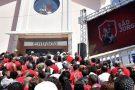 Fiéis vão às ruas demonstrar devoção à São Jorge no Rio