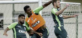 Com bastante orientações de Enderson, Coelho treina forte para encarar o Flamengo