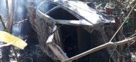 Idoso morre carbonizado após capotamento na BR-352 em Onça de Pitangui. Mulher escapa