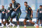 Neymar deixa treino com dores no tornozelo direito