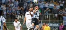 Atlético sente falta de entrosamento e perde em Porto Alegre