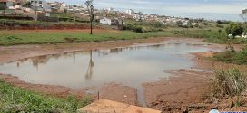Obras de desassoreamento em lagoa do bairro Eldorado recomeçam após três meses