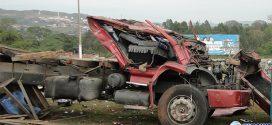 Caminhão sem freios tomba no trevo da MG-431 em Pará de Minas com carga avaliada em mais de R$ 100 mil