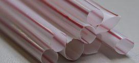 Fiscais multam comerciantes com canudo de plástico no Rio
