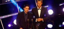 Jackson Follman anuncia o vencedor do prêmio de melhor goleiro da FIFA