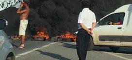 Manifestantes cobram passarela, interditam BR-262 e provocam congestionamento em Juatuba