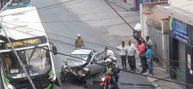 Batida entre picape e ônibus fere três pessoas no bairro Nossa Senhora de Lourdes