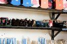 Presos fazem brinquedos e móveis usando madeira de apreensão e de demolição