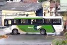 Batida entre ônibus e motoneta deixa adolescente ferido perto da Gruta