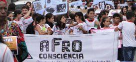 Milhares de pessoas caminham pelo Centro de Pará de Minas para promover a igualdade racial. Veja imagens